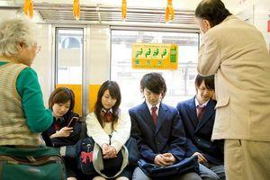 中国人「日本人は公共のマナーを重んじるけど、どうして電車で席を譲らない?」 中国の反応