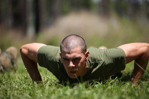 【自重トレーニングメニュー最強版】筋肥大に効果抜群の種目と一週間の組み方を徹底紹介