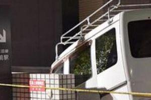 都営地下鉄三田線・板橋区役所前駅の入口に軽自動車がはまる(画像) … 軽の50代運転手「区役所の駐車場入口と勘違いしてしまった」