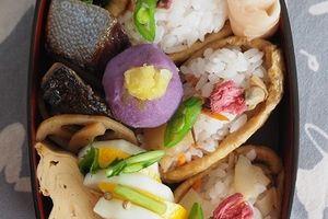 弁当箱に春到来!春のいなり寿司弁当。