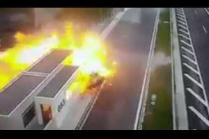 【酷すぎ】無謀運転のポルシェが家族4人を乗せた車も巻き込み爆破炎上