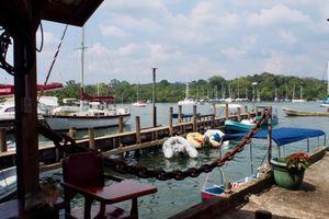 『リオ・ドゥルセ』Rio Dulceから湖をボート(ランチャ)に乗る;湖畔沿いの素敵な宿『Hotelito Perdido』に泊まる