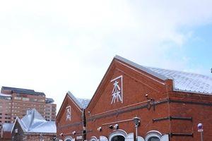 吹雪が一瞬止んだ雪の金森赤レンガ倉庫 (北海道 函館市)