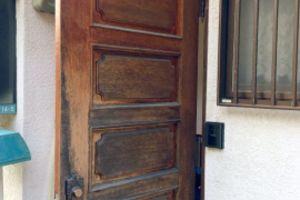 木製の玄関ドアを塗り替え