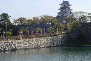 来島海峡に面する今治市のシンボル「今治城」