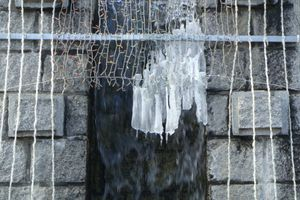 滝の干す布巾の白き氷柱かな