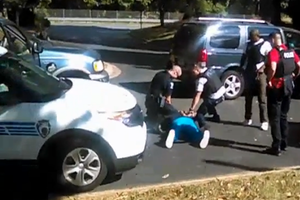 「撃たないで!」 米警察の黒人射殺、妻撮影の動画公開 (リンク先に動画あり)