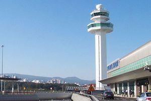 韓国の済州空港で奇妙な光景、中国の若者が商品の包装を次々破る ネット「なんで日本に行かないの?」