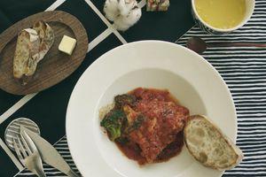 モノトーン マリメッコで、鶏もも肉のトマト煮ランチ