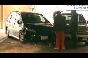 「ハピアス海田」で車がまわりの車両5台に次々と衝突