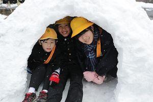 雪のつもった校庭は、巨大なホリゾント!!
