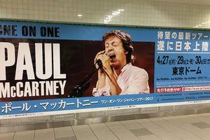巨大ポール・マッカートニー、横浜駅に現る!