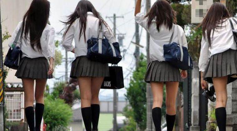 【画像】歩いてるだけでパンティ見えちゃいそうなJKいるやん?