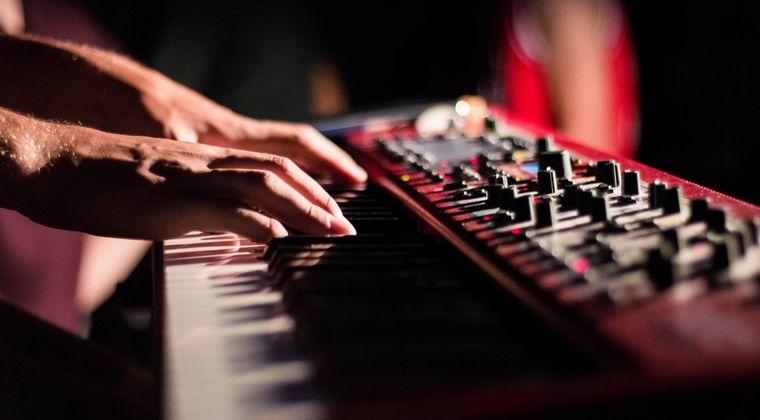 楽器不可マンション住み俺「でも電子ピアノ&ヘッドホン使用&ペダルなし&机上使用&防音シート敷き詰めならいいよね?」 大家「ダメw」