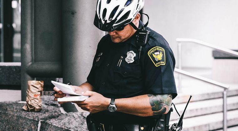 警察「貴様口調がおかしいぞ!逮捕だ!」同人作家「コスプレものです」