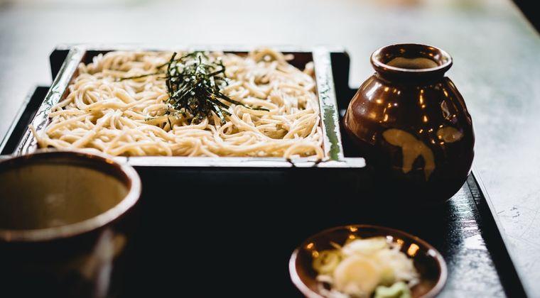 日本人「麺類をすする音は良い音だけどクチャラーの音は不快な音」←これ