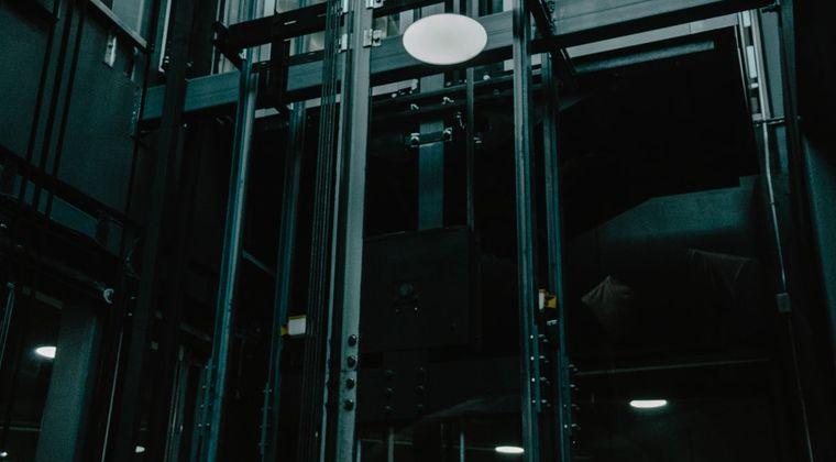 エレベーター内で地震が来た時どうすればいいか教えたろか?