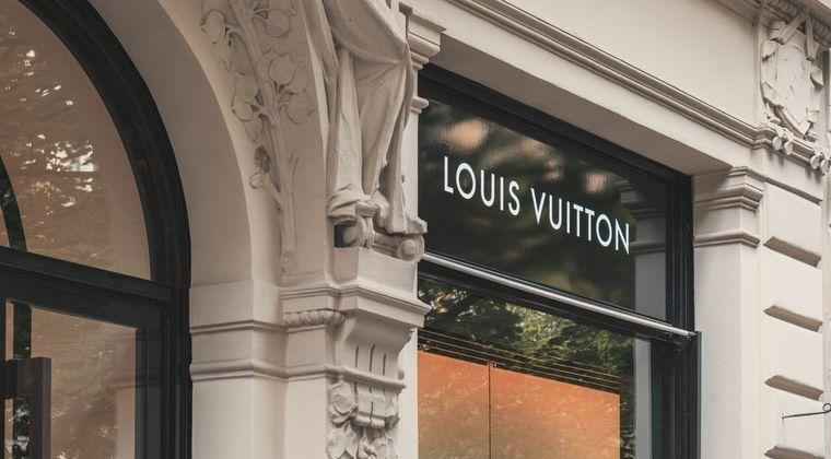 【悲報】ルイ・ヴィトンがワイヤレスイヤホンを発表~ロゴ代が700ドル!