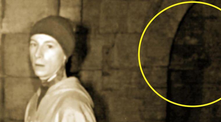 【心霊】イギリスで黒いフードを被った「幽霊」の姿をゴーストハンターがついに捉える!