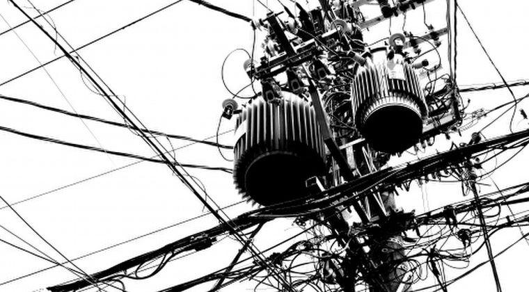 【疑問】先進国では「電柱」がほぼない。地中化してるから。なぜ日本だけ電柱ばかりなのか?地震や台風で倒れたら一番危ない国なのに