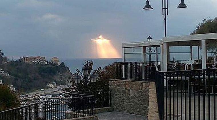 【救世主】イタリアのアマルフィ海岸に「イエス・キリスト」が降臨…舞い降りた奇跡の光景が話題に