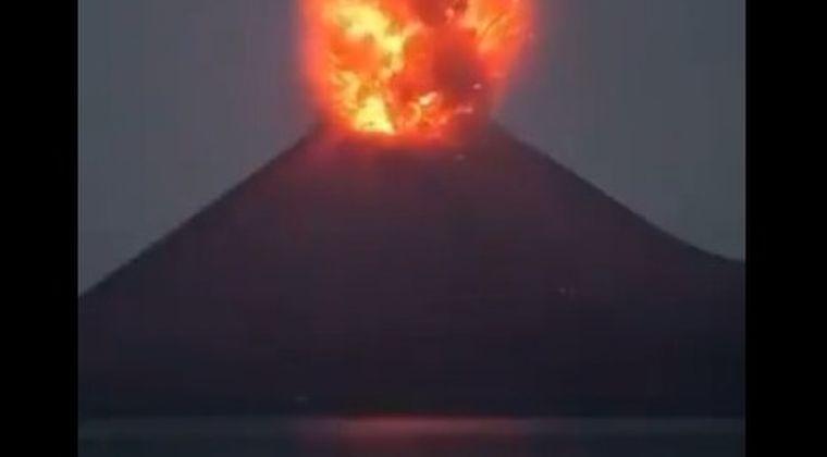 【メキシコ】ポポカテペトル山が噴火!火口から溶岩が吹き出し飛び散り、草木にも燃え広がる