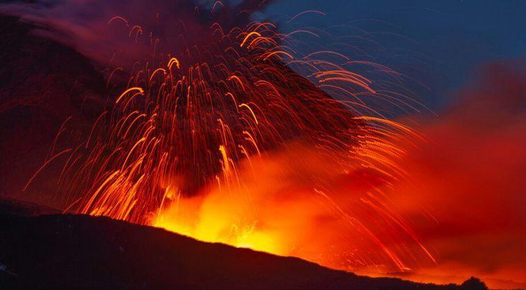 【シチリア島】イタリアにある「エトナ山」が噴火…溶岩が吹き出し、新たに火口2つが確認される
