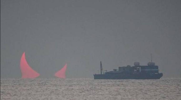 【珍しい現象】中東カタールで海面から突き出た巨大な赤い「悪魔の角」
