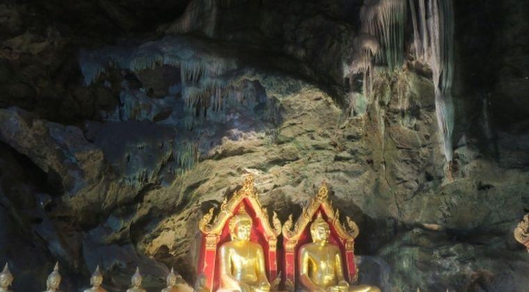 【タイ】UFOが巨大な仏像の上空を飛び交っている。山頂に集まる人々…テレパシーで宇宙人と交信