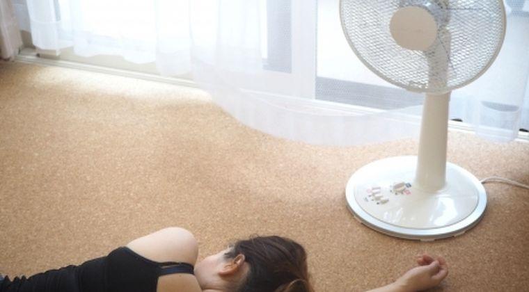 【都市伝説】医師「暑いからって扇風機あたり続けて寝るのは、危険すぎるからマジでやめとけ」と警告