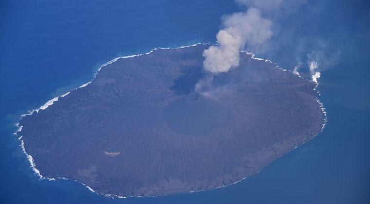 西之島、5秒間隔で噴火を繰り返す…噴煙は2700メートル、溶岩流も海に流入し島の面積を拡大中