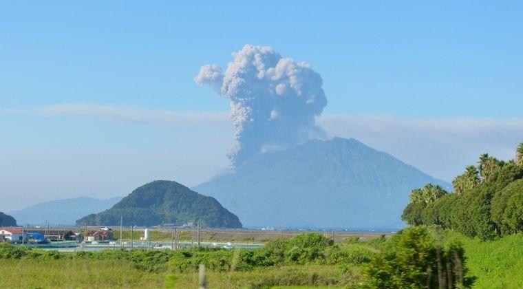 【鹿児島】桜島で爆発的噴火が発生…その噴石、3キロ先の民家のそばに落ち、直径6メートルの落下痕ができる