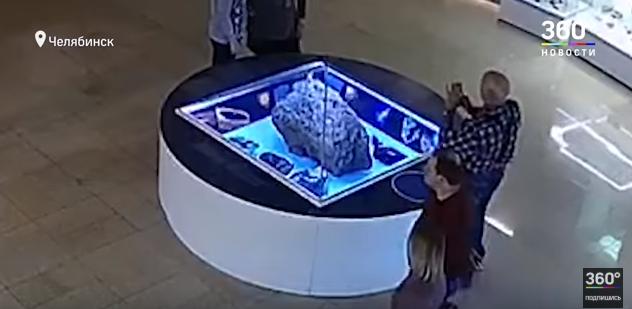 2013年、ロシア・チェリャビンスクに落下した隕石が展示されていたケースが「謎の上昇」を始める…その際の動画がこちら