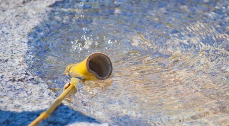 【暑さ対策】ネット民「打ち水とか湿度上がるだけで効果なんてないやめろ」 → 「銀座で打ち水イベント開催!13.5℃も下がった!」