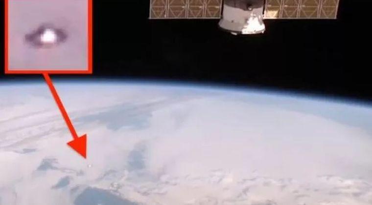 【謎の物体】国際宇宙ステーションのライブ映像に「はぐれメタル」のような姿をしたUFOが映り込んでしまう!