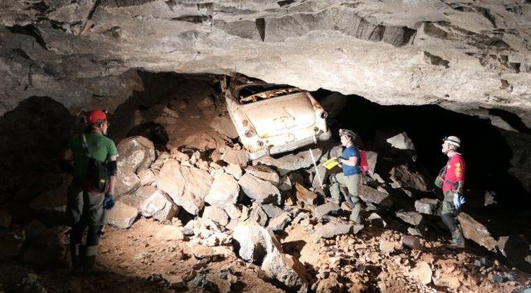 【タイムマシン】なぜ、こんな所に?100年前に封鎖された地下洞窟を調査中に1950年代に製造された「乗用車」が埋もれているのが見つかる