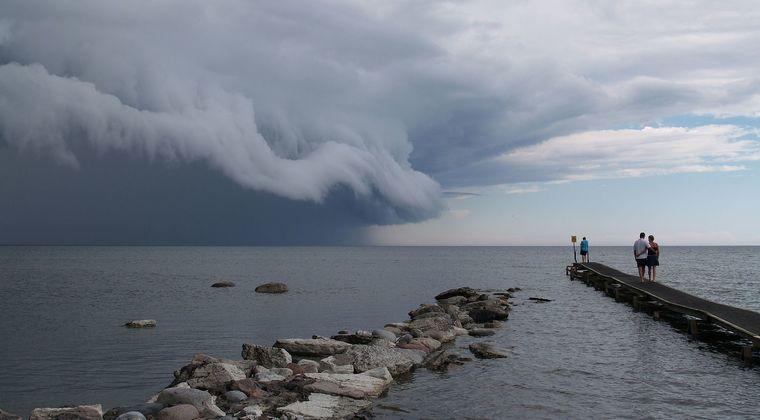 【危険の前兆】静岡県にまるで津波のような「アーチ雲」が出現!