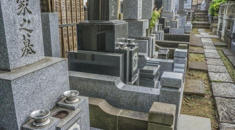 【どっち】一般人「墓地は幽霊が出るから怖い」 → 霊媒師「霊は死んだ場所に出るから墓地はむしろ安全」