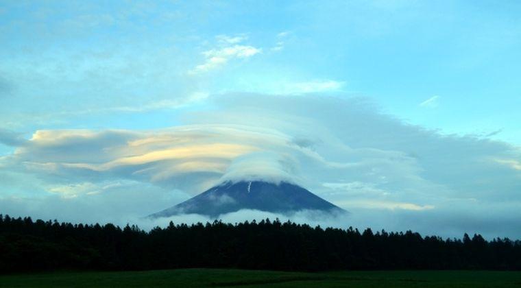 【神秘】富士山上空に超巨大な「吊るし雲」が出現し、話題に
