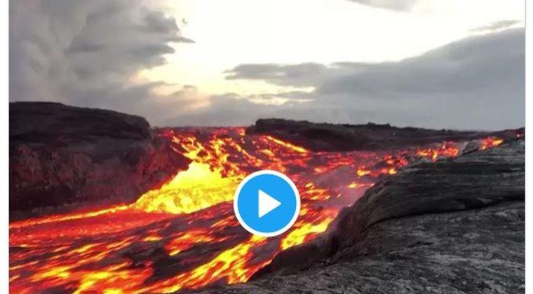 【驚愕】ハワイの火山の麓に流れる「溶岩の川」の様子がこちら