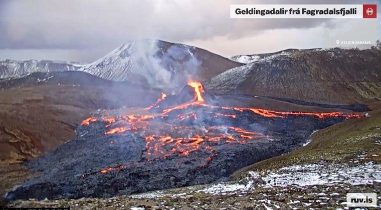 【マグマ】アイスランドの火山噴火で大勢の見物客が殺到!ホットドッグなどを焼く人も現れてしまう