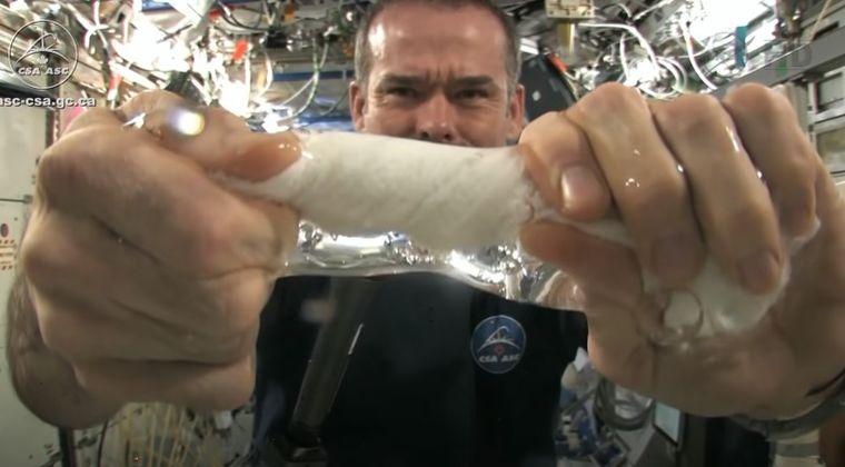 【無重力】宇宙で水を吸ったタオルを絞ったらどうなるのか?というムービーが話題に