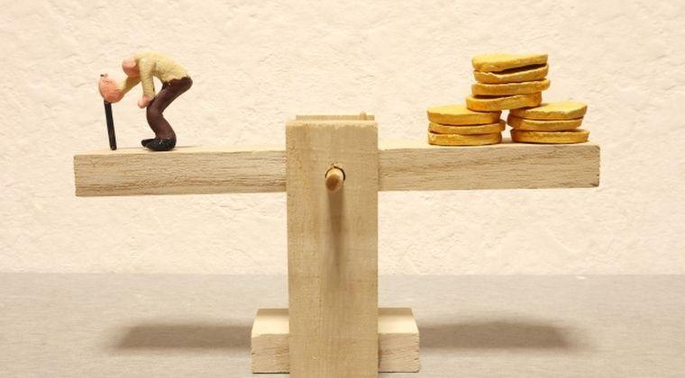 年金支給額4年ぶり引き下げ………現役世代の賃金下落を反映