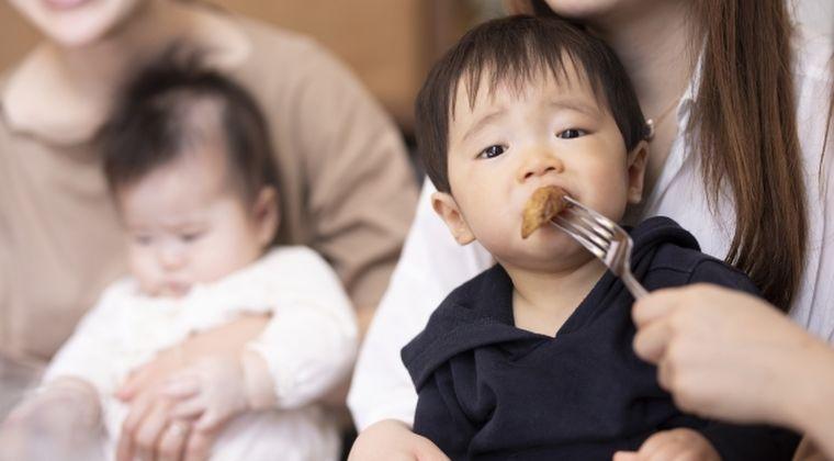 保育士「時間内に早く食べて」リンゴとハンバーグを同時に口に入れ、園児死亡