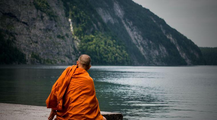 僧侶「高い次元に生まれ変わりてえなあ…」   自作ギロチンで首切断