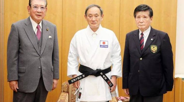 菅義偉(165cm、法政大学、空手2段)「お前ネットで俺のこと馬鹿にしてたろ?」