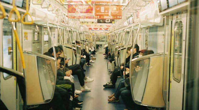 通勤電車の中で睡眠オナニーの音声聞きながら寝たふりしてる奴wwwwww #催眠音声