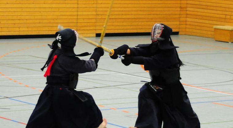 中学剣道部ぼく「めーーん!」 顧問「声が小せえよ!」 ぼく「めーーーん!!」 顧問「声が小せえよ!!」 #剣道