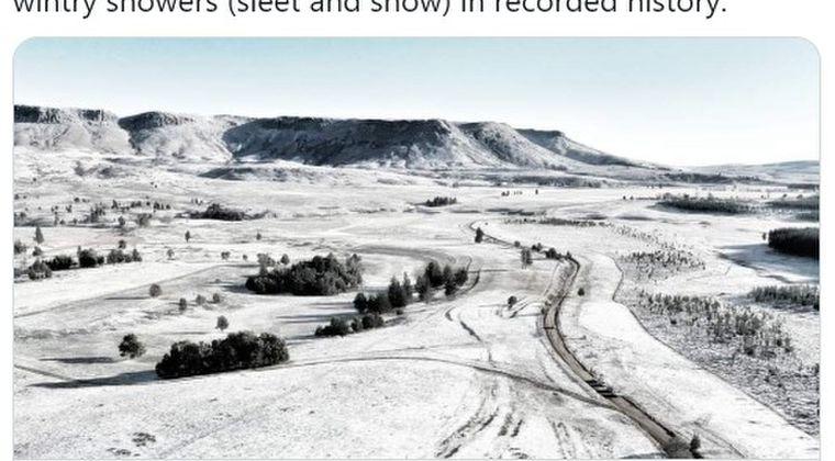 【気候変動】南アフリカ山地に異例の大雪!ボンネットに雪だるまを載せた車も