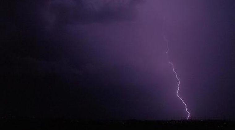 【動画】恐怖...「落雷」を神回避する男性が撮影される!